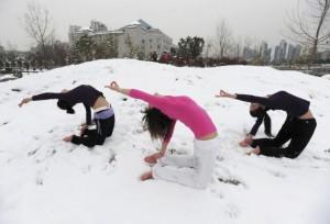 winter yoga  Йога против зимней депрессии : польза йоги