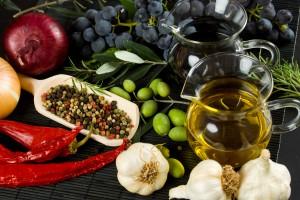 Extra virgin olive oil and balsamic vinegar with mediterranean food ingredients  Пища для жизни: средиземноморская диета спортивное питание полезное питание