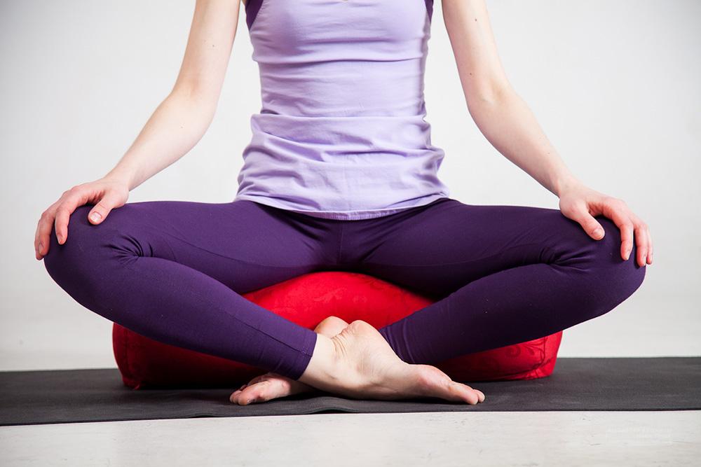 На чем сидеть во время медитации? Подушки, скамейки, болстеры — сравнение и обзор: