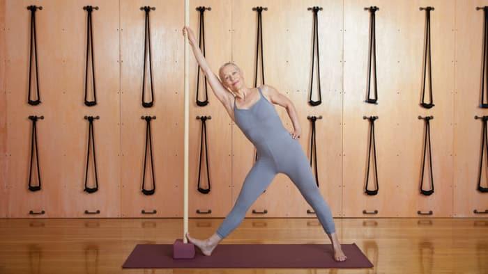Йога для здоровой спины: 3 модификации Триконасаны: