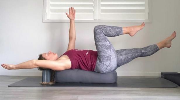 4 необычных способа использовать болстер для йоги: