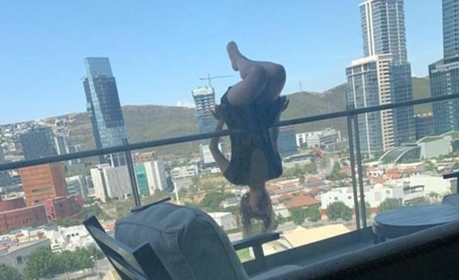 В Мексике женщина упала с шестого этажа, делая селфи с экстремальной йогой: